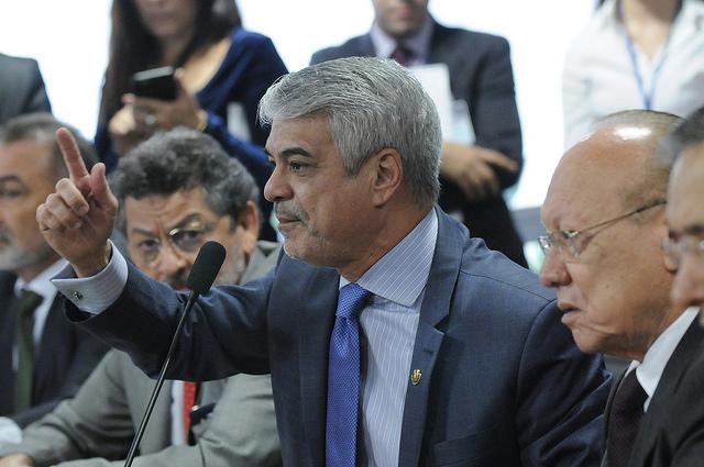 Líder do Governo protestou contra o fato de o relator do impeachment ser do PSDB e ligado a Aécio. Foto: Alessandro Dantas/ Liderança do PT no Senado