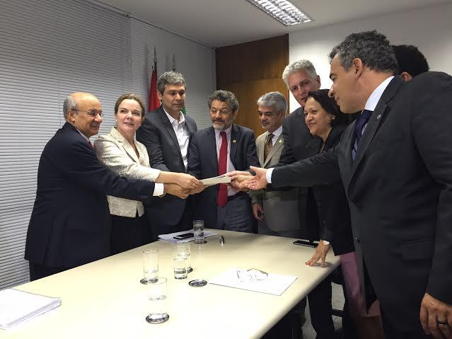Deputados mineiros entregaram a senadores do PT documentos que comprovam pedaladas de Anastasia