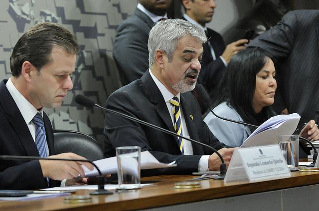 Humberto lê relatório que garante continuidade do Mais Médicos. Foto: Alessandro Dantas/ Liderança do PT