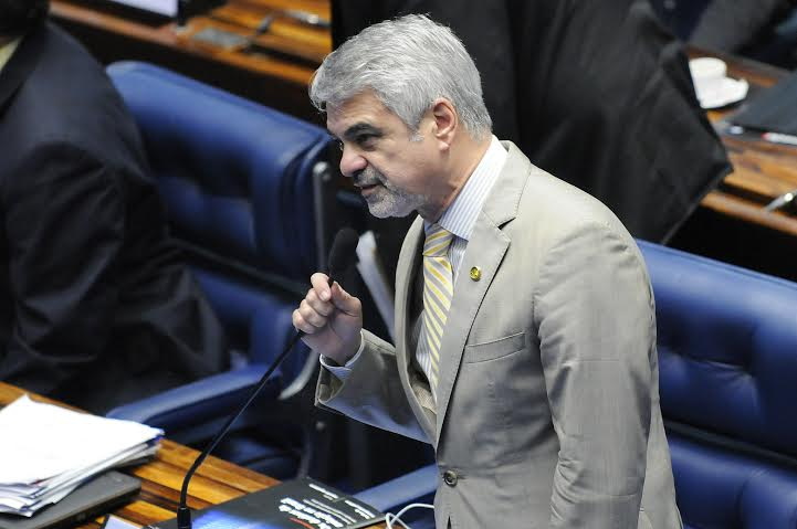 Para o senador, o PT vai defender todo reajuste costurado pelo governo anterior aos servidores públicos. Foto: Alessandro Dantas/ Liderança do PT